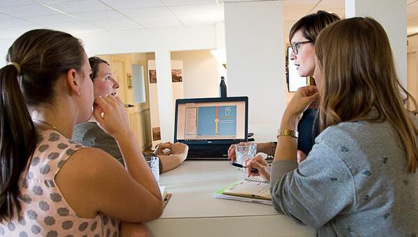 Bezoekers ARTGD16 met elkaar in gesprek